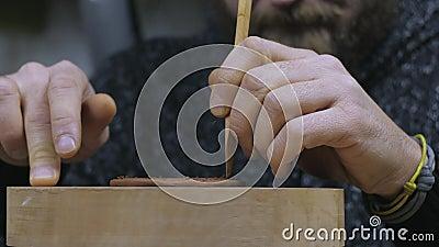 Un artisan découpe un cercle pair d'argile avec un couteau en bois pour faire un couvercle pour une théière en argile de Yixing T banque de vidéos