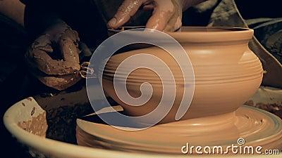 Un artisan formant un vase avec une fourchette, se ferment  banque de vidéos