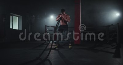 Un athlète qui a l'air super avec un corps en forme et solide ont une entraînement difficile dans la classe de fitness croisé qu' banque de vidéos