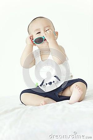 Un bébé jouant
