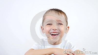 Un bambino delle emozioni prescolari di esperienze di età: felicità, gioia, risata, delizia Un ragazzino su un fondo bianco stock footage