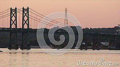 Un bateau de vitesse glisse sous un pont du Mississippi clips vidéos