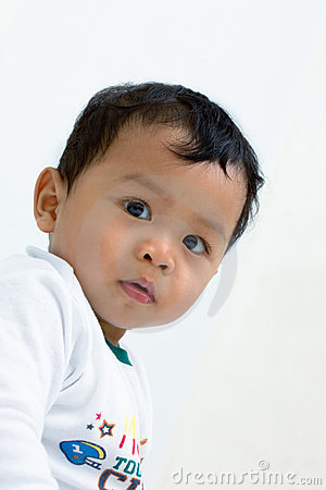 Un bebé que mira fijamente a la cámara.