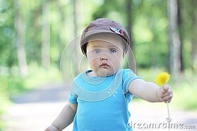 Un bebé que sostiene una flor
