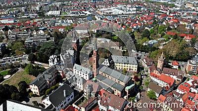 Un bello volo su un quadcopter nel centro di Weinheim Vista delle case e dei castelli germany video d archivio
