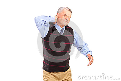 Un caballero que sufre de un dolor de cuello