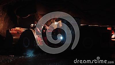 Un camión minero se mueve dentro de un túnel oscuro en una mina de cobre. almacen de metraje de vídeo