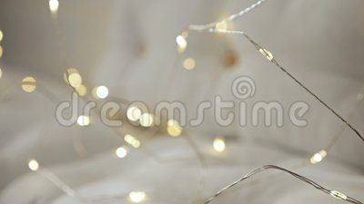 Un canapé blanc avec des coussins est décoré de lumières de vacances Décorations de Noël pour la fête clips vidéos