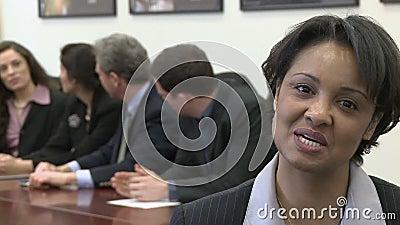 Un chef de projet féminin noir est fier banque de vidéos