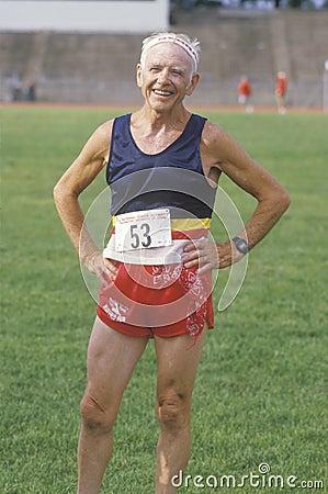 Un corredor en las Olimpiadas mayores Imagen de archivo editorial