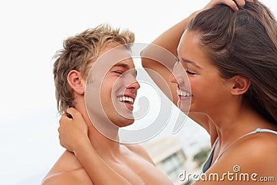 Un couple magnifique attrayant ayant l amusement ensemble