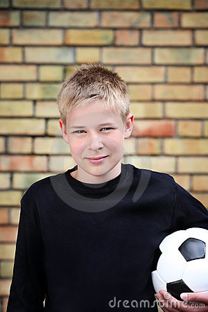 Un garçon contre un mur avec une bille