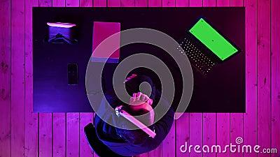 Un gars passionné qui regarde le jeu sur un ordinateur portable Écran vert - Écran vert - Affichage banque de vidéos