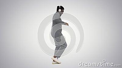 Un giovane Casuale afro americano con le cuffie che cammina su sfondo sfumato stock footage
