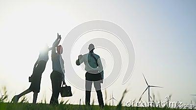 Un groupe de personnes dans des costumes donne la haute cinq au fond de générateurs de vent clips vidéos