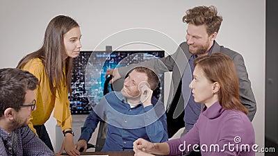 Un groupe de spécialistes discute ensemble dans la salle des bureaux, discute et examine la documentation technique banque de vidéos