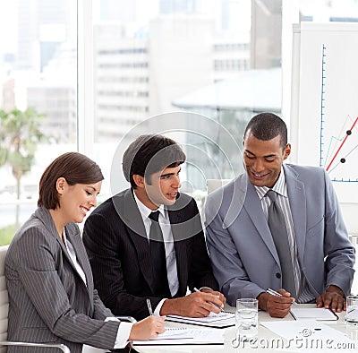 Un gruppo di affari che mostra discussione di diversità