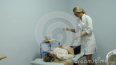 Un gynécologue examine une femme enceinte. Accroissement cardiaque foetal. Patient au bureau du médecin. Évaluation du battemen banque de vidéos