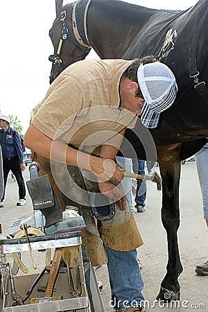 Un herrero joven en el trabajo. Foto editorial