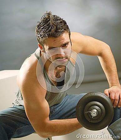 Un hombre con una pesa de gimnasia
