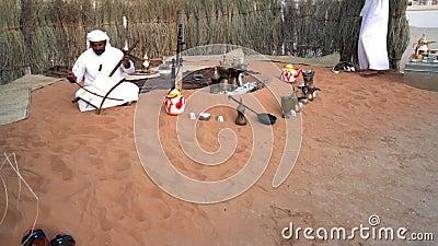 Un hombre de Medio Oriente cantando y tocando música| Visualización de la cultura árabe - tela tradicional| Hombres emiratíes| At metrajes
