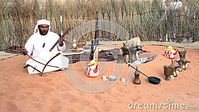 Un hombre de Medio Oriente cantando y tocando música| Visualización de la cultura árabe - tela tradicional| Hombres emiratíes| At almacen de metraje de vídeo
