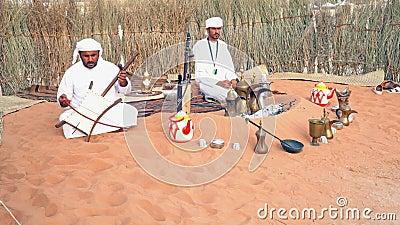 Un hombre de Medio Oriente cantando y tocando música| Visualización de la cultura árabe - tela tradicional| Hombres emiratíes| At almacen de video