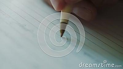 Un hombre toma notas en un diario almacen de metraje de vídeo