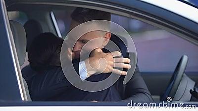 Un homme charmant embrassant une jolie femme dans la voiture après la date, l'amour et la douceur banque de vidéos