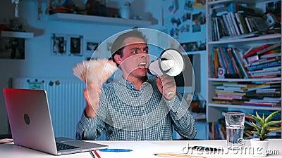 Un homme d'affaires agressif criant dans un mégaphone au pouvoir clips vidéos
