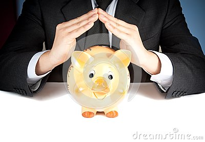 Un homme d affaires font avec sa main une maison derrière une tirelire, concept pour des affaires et épargnent l argent