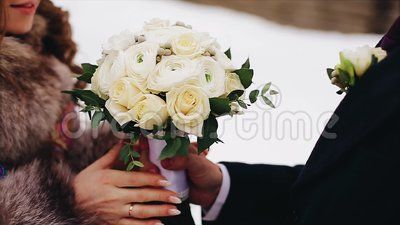 Un homme donne à son amie un beau bouquet des fleurs Fin vers le haut Projectile gentil Amour et famille clips vidéos