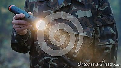 Un homme s'allume avec une lampe de poche dans le brouillard clips vidéos