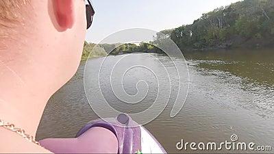 Un homme sur Jet Ski roule vite avec beaucoup de vagues sur la rivière banque de vidéos