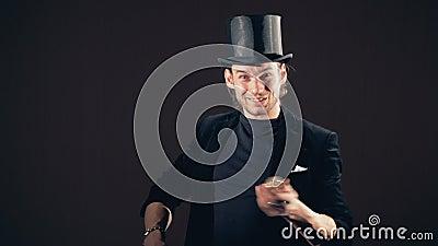 Un illusionniste montre un tour de création avec une petite boule de scintillement clips vidéos