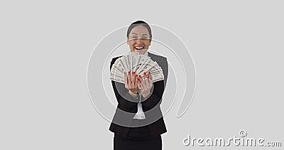 Un'imprenditrice eccitata che accetta contanti in dollari stock footage