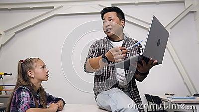 Professeur donnant une leçon à son étudiante