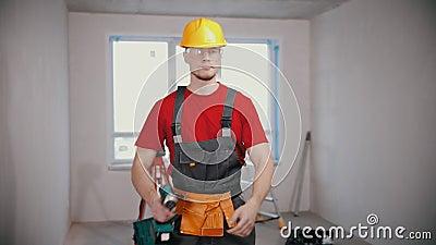 Un joven trabajador en un instrumento de tenencia de apartamentos almacen de video