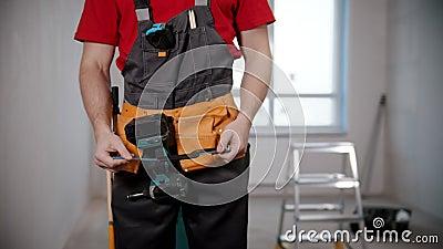 Un joven trabajador muestra un instrumento almacen de video