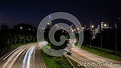Un lapso de tiempo de tráfico en movimiento rápido en una curva s en Chicago, EE.UU. almacen de metraje de vídeo