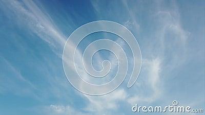 Un lasso di tempo straordinario con nubi di cirri verticali striati con filamenti di seta morbidi video d archivio