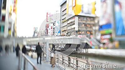 Un lieu touristique célèbre où tout le monde aime faire la même pose qu'un personnage sur un panneau publicitaire célèbre à Osaka banque de vidéos