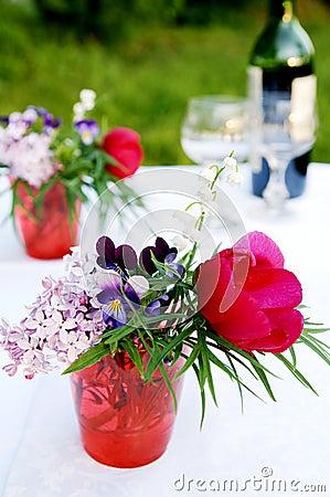 Un manojo de flores del verano para la comida campestre