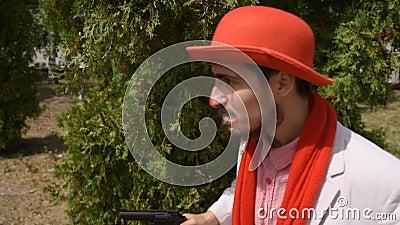 Un mimo pazzo sta cercando un criminale Il clown cerca le tracce dell'assassino e indaga sulla questione stock footage