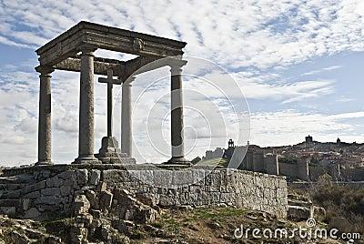 Un monumento dei quattro alberini e pareti di Avila.