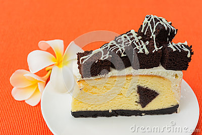 Un morceau de gâteau au fromage de  brownie