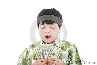 Un niño pequeño sonriente está contando el dinero