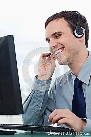 Un oficinista sonriente que usa un receptor de cabeza for Que es un oficinista