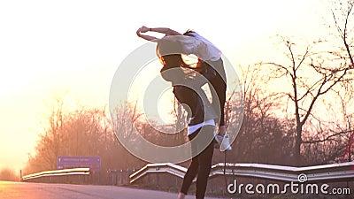 Un par de bailarines de ballet en el camino baila, un hombre realiza la ayuda en el aire almacen de metraje de vídeo
