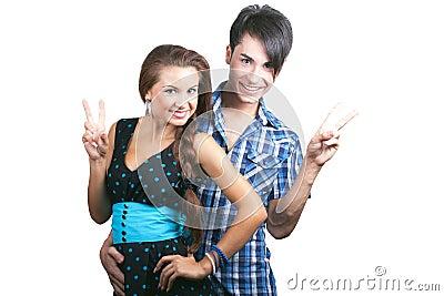 Un par feliz joven que muestra los pulgares para arriba.